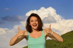 La donna che dà i pollici aumenta il segno Fotografia Stock Libera da Diritti