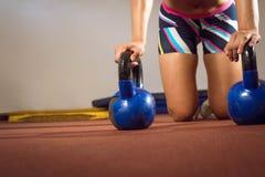 La donna che di forma fisica fare spinge aumenta con i kettlebells Fotografia Stock Libera da Diritti