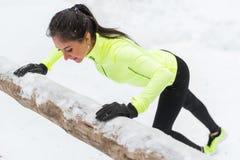 La donna che di forma fisica fare spinge aumenta la foresta all'aperto dell'inverno di allenamento di addestramento Fotografie Stock Libere da Diritti