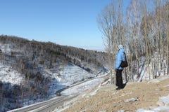 La donna che esamina dall'alta montagna la strada principale Fotografia Stock Libera da Diritti