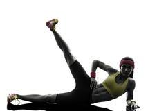 La donna che esercita i piedi di allenamento di forma fisica aumenta la siluetta Immagine Stock Libera da Diritti