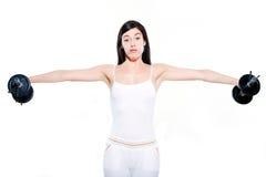 La donna che esercita l'addestramento del peso di allenamento ha alesato Fotografie Stock