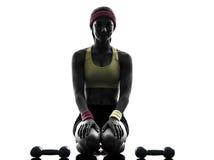 La donna che esercita l'allenamento di forma fisica pesa la siluetta Fotografie Stock Libere da Diritti