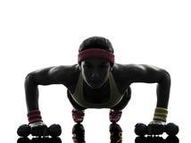 La donna che esercita l'allenamento di forma fisica spinge aumenta la siluetta Immagini Stock