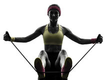 La donna che esercita la resistenza di allenamento di forma fisica lega la siluetta Fotografie Stock Libere da Diritti