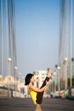 La donna che fa allungando l'yoga si esercita all'aperto Fotografia Stock Libera da Diritti