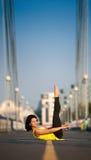 La donna che fa allungando l'yoga si esercita all'aperto Fotografie Stock