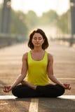 La donna che fa allungando l'yoga si esercita all'aperto Fotografia Stock