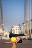 La donna che fa allungando l'yoga si esercita all'aperto Immagini Stock Libere da Diritti