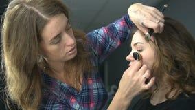 La donna che fa la bellezza e compone il trattamento in un salone Concetto circa bellezza e la gente stock footage