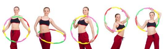 La donna che fa gli esercizi con il hula-hoop Immagini Stock Libere da Diritti