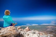 La donna che fa l'yoga medita fuori Fotografie Stock Libere da Diritti
