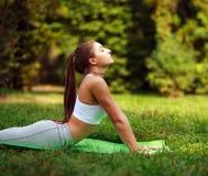 La donna che fa la forma fisica si esercita nel parco dell'estate, allenamento all'aperto Fotografia Stock