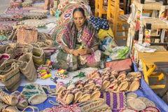 La donna che fa la iuta insacca, elementi dell'artigianato su esposizione, Calcutta Fotografie Stock
