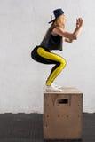 La donna che fa la scatola salta nella palestra Immagine Stock Libera da Diritti