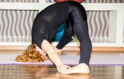 La donna che fanno l'yoga di esercizio e i pilates posano sulla stuoia in palestra Asana Il concetto dello sport, della forma fis Immagine Stock Libera da Diritti