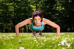 La donna che fare spinge aumenta l'allenamento di forma fisica Fotografie Stock