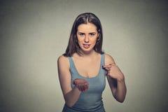 La donna che gesturing con le palme della mano fino a paga indietro ora fattura i soldi Immagini Stock