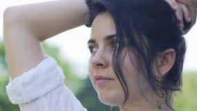 La donna che guarda qualcosa passa girando la testa, bello movimento lento spettatore stock footage