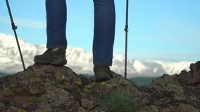 La donna che il viaggiatore costa su un pendio di montagna con i bastoni per seguire Gambe in gran parte Colpo lento stock footage