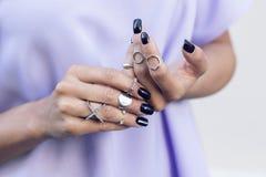 La donna che indossa alcuni anelli Fotografia Stock