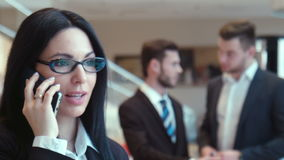 La donna che l'uomo d'affari parla dal telefono archivi video