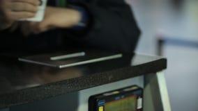 La donna che lavora nell'aeroporto sta dando i documenti necessari per equipaggiare video d archivio