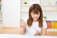 La donna che mangia Fotografia Stock