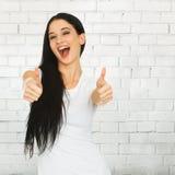 La donna che mostra i pollici aumenta il segno Immagini Stock Libere da Diritti