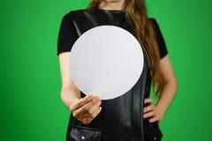 La donna che mostra il bianco in bianco ha arrotondato il libretto dell'opuscolo dell'aletta di filatoio Leafle Fotografia Stock Libera da Diritti