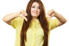 La donna che mostra il pollice giù gesture immagine stock libera da diritti