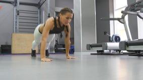 La donna che muscolare adatta fare spinge aumenta con i punti alla palestra Giovane addestramento sportivo della ragazza al club  video d archivio