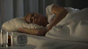 La donna che perisce nel dolore e soffre, provando a dormire in reparto scuro di centro ospedaliero archivi video