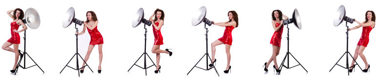 La donna che porta vestito rosso isolato su bianco Fotografie Stock