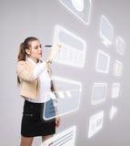 La donna che preme il tipo alta tecnologia di multimedia moderne si abbottona su un fondo virtuale Fotografie Stock