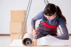 La donna che prepara per il lavoro della carta da parati Fotografia Stock Libera da Diritti