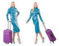 La donna che prepara per la vacanza con la valigia su bianco Immagini Stock
