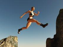 La donna che salta sopra il passaggio Immagini Stock