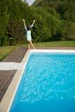 La donna che salta sull'angolo del raggruppamento Fotografia Stock