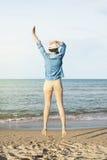 La donna che salta sulla spiaggia Immagini Stock