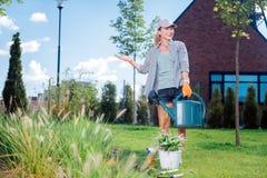 La donna che si preoccupano per l'ecologia e la natura che innaffia il suo giardino inseriscono fotografie stock libere da diritti