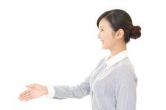 La donna che stringe le mani Fotografia Stock
