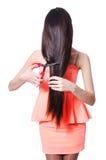 La donna che taglia i suoi capelli su bianco Immagine Stock