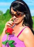 La donna che tiene il colore rosso è aumentato Immagine Stock