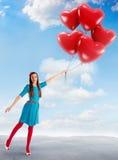 La donna che tiene un gruppo di cuore ha modellato i palloni Fotografia Stock Libera da Diritti