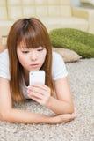 La donna che usa lo smartphone Fotografia Stock Libera da Diritti