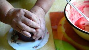 La donna chiude un coperchio dell'inceppamento di lampone fatto a mano in barattolo video d archivio