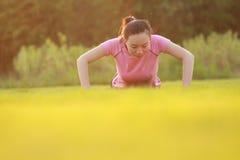 La donna cinese asiatica di forma fisica fa l'esercizio della plancia Fotografia Stock Libera da Diritti