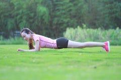 La donna cinese asiatica di forma fisica fa l'esercizio della plancia Fotografie Stock Libere da Diritti