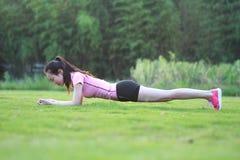 La donna cinese asiatica di forma fisica fa l'esercizio della plancia Fotografie Stock